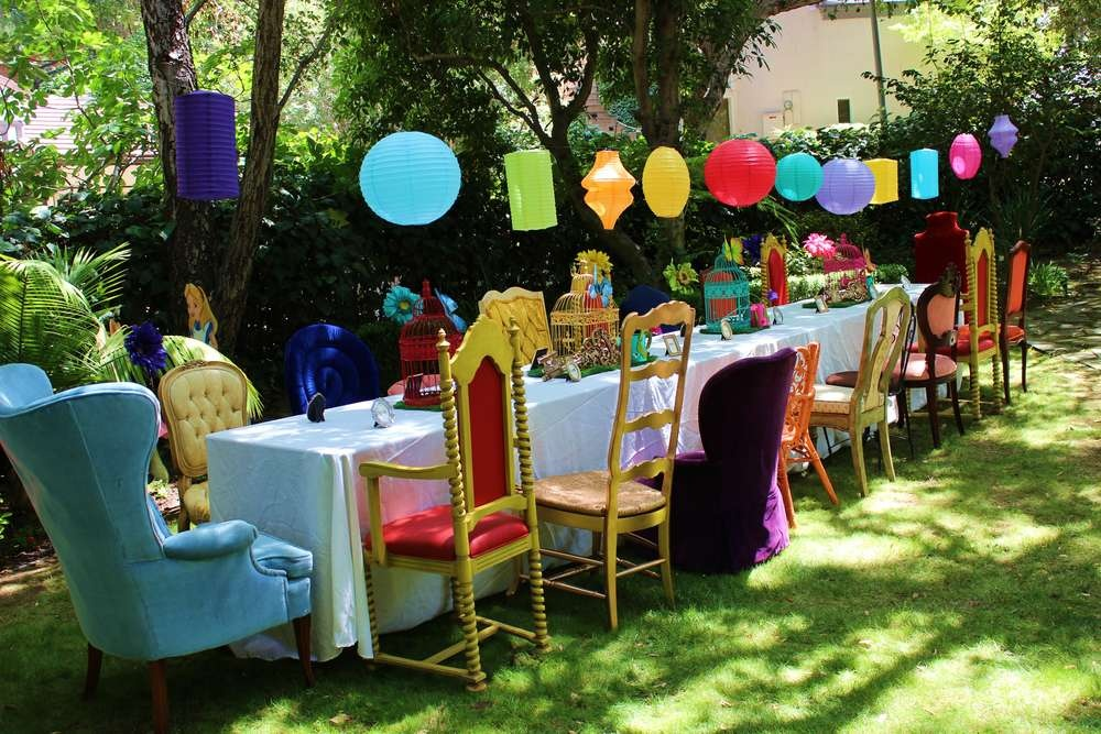 Host an alice in wonderland birthday party for your for Alice in wonderland birthday decoration ideas