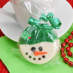 Snowman Design White Chocolate Covered Oreo Cookie